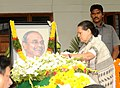 The Chairperson, UPA, Smt. Sonia Gandhi laying wreath at the mortal remains of the former Chief Minister of Andhra Pradesh, late Dr. Y.S. Rajasekhara Reddy, in Hyderabad, Andhra Pradesh on September 04, 2009.jpg