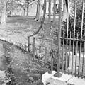 Toegangshek, detail van smeedijzeren ornament - Leiderdorp - 20338332 - RCE.jpg
