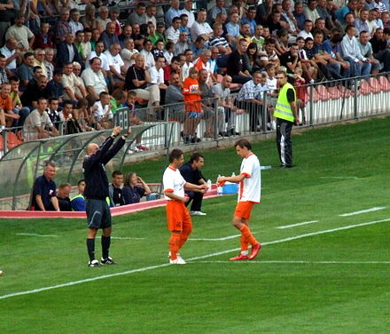 Fourth official notifying the referee of the details of the substitution Tomasz Zelazowski Krystian Kanarski KSZO.jpg