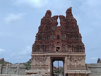 Tower of random temple in Hampi.jpg