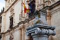 Universidad de Alcalá de Henares, columnas delante de la fachada.jpg