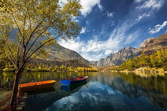 Upper kachura lake, skardu, baltistan.jpg