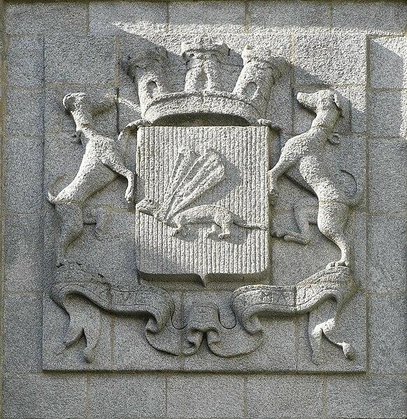 Blason de la Porte Saint-Vincent avec l'hermine, les deux lévriers, la couronne murale à trois tours (pour préfecture) & la devise  A MA VIE. Ville de Vannes (Morbihan - Bretagne - France)