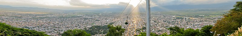 Teleférico ascendiendo al cerro San Bernardo, con una vista panorámica de la ciudad de Salta.