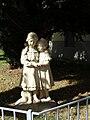 Volksschule Pülslgasse Figurengruppe.jpg
