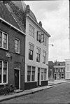 foto van Huis met geverfde rechte gevel in lijst gedateerd 1727