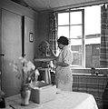 Vrouw aan het beeldhouwen in het Joodse werkdorp in de Wieringermeer, Bestanddeelnr 254-4917.jpg