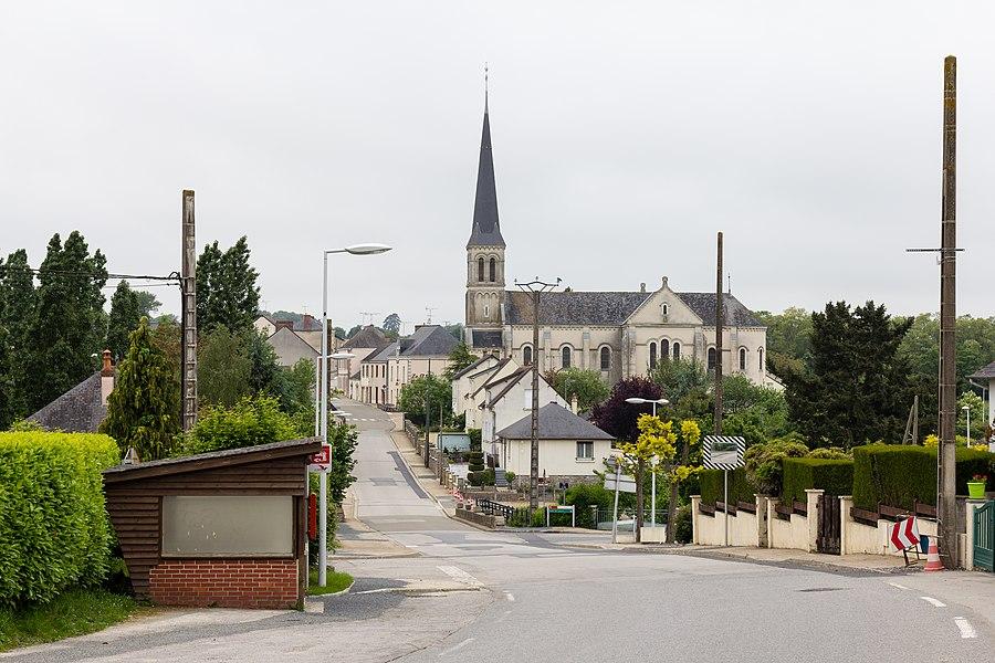 Français:  Vue du bourg de Saint-Saturnin-du-Limet (France) depuis la route de Renazé.
