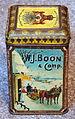 WJ Boon & Comp, Wormerveer, Hofleveransiers van HM de Koningin Weduwe, Cacao blikje met afbeelding van arreslee, molens en trein, foto2.JPG