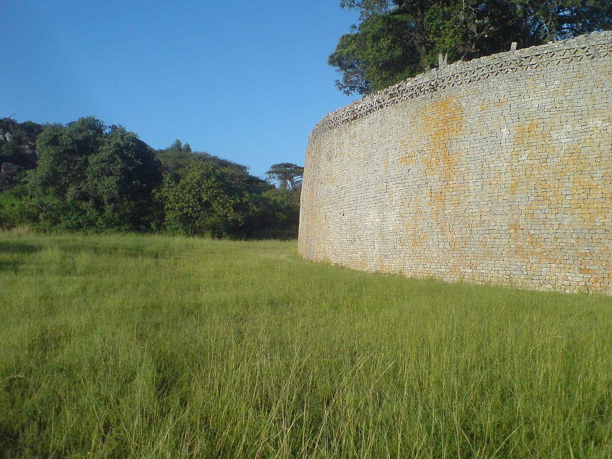 Wall of the great enclosure, Great Zimbabwe.JPG