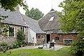 Zicht op erf met links zijgevel woonhuis en rechts voorzijde grote schuur - Grijpskerk - 20411034 - RCE.jpg