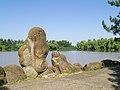 Гончарский дендрологический парк им. П.В. Букреева. Окаменелости на берегу озера.jpg