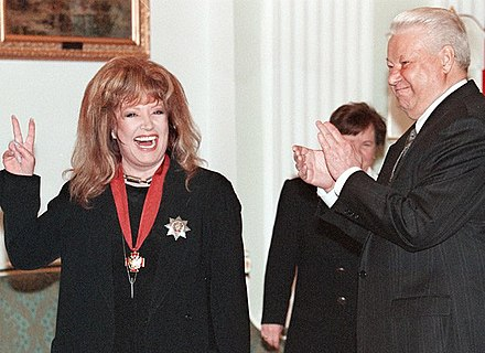 President Boris Yeltsin awards the 2nd Degree Order of Merit for the Fatherland to Pugacheva, 15 April 1999. Pugacheva i El'tsin.jpg