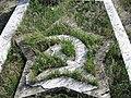 Сърп и чук, изобразени на гробът на Иван Козарев.JPG