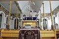 """בית הכנסת הגדול """"אוהל שרה"""", מבט על חופה שערוכה לקידושין.jpg"""