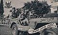 דוד סגל נוהג עם אלברט מנדלר במצעד גבעתי ברחובות בספטמבר 1948.JPG