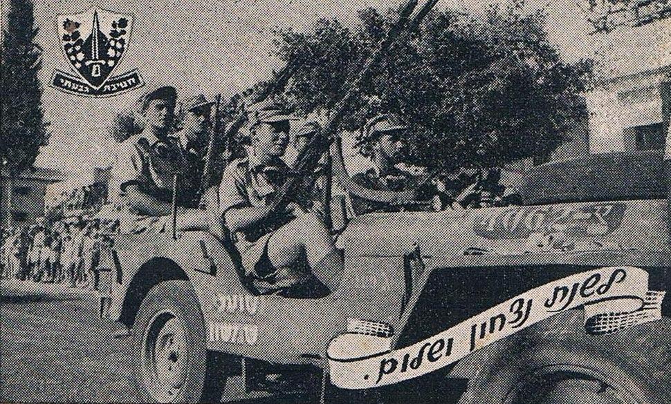 דוד סגל נוהג עם אלברט מנדלר במצעד גבעתי ברחובות בספטמבר 1948