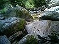 溪流从巨石中穿过 - panoramio.jpg