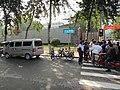 白求恩国际和平医院被死者家人堵住大门口.JPG