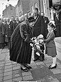 100 jaar KIM Den Helder bezoekdag koningin Juliana. De vorstin krijgt bloemen aa, Bestanddeelnr 906-7907.jpg