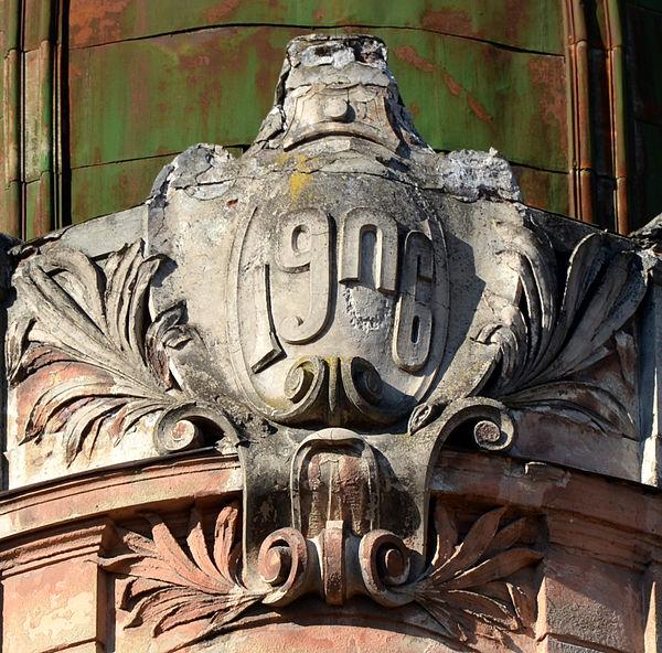 Рік будівництва, будинок № 1 на вулиці Коцюбинського у Львові. Автор фото — Aeou, ліцензія CC-BY-SA-4.0
