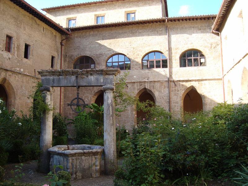 Fitxer:1er Cloitre Abbaye de Subiaco.JPG