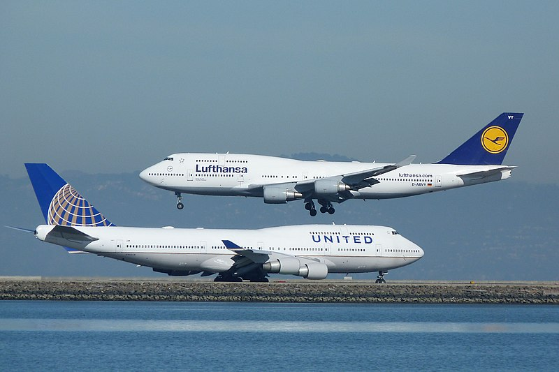 File:2013 at SFX - Boeing 747 D-ABVY of Lufthansa over United N105UA (10864575465).jpg