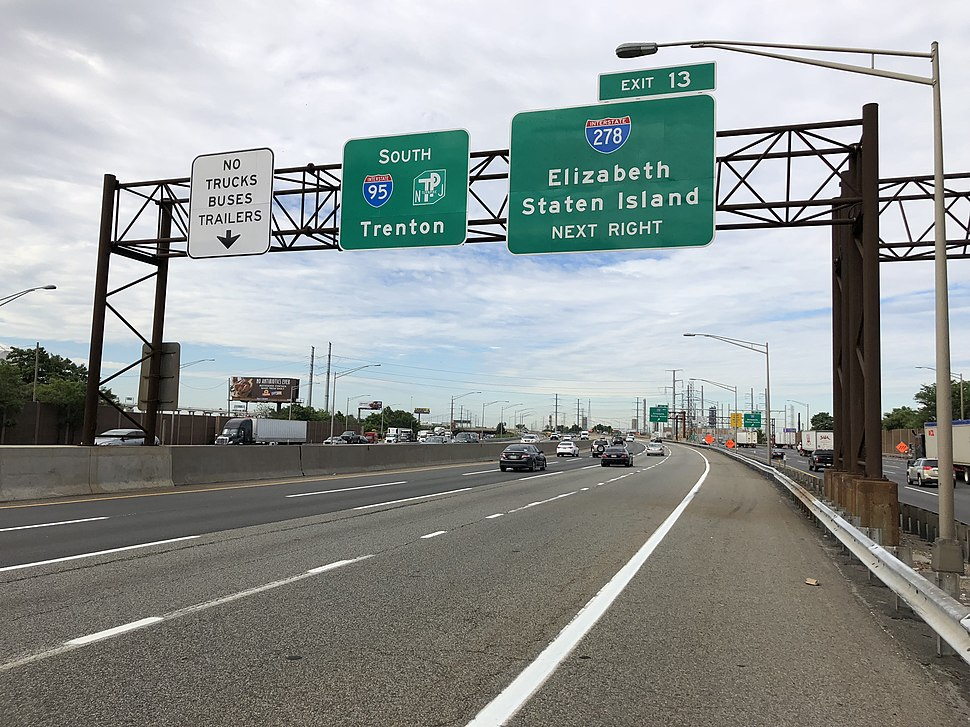 2018-06-20 09 22 32 View south along Interstate 95 (New Jersey Turnpike) just north of Exit 13 (Interstate 278, Elizabeth, Staten Island) in Elizabeth, Union County, New Jersey