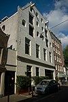 foto van Dubbel pakhuis met gepleisterde trapeziumgevel
