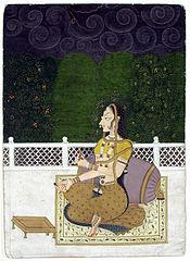 Femme assise contre un coussin