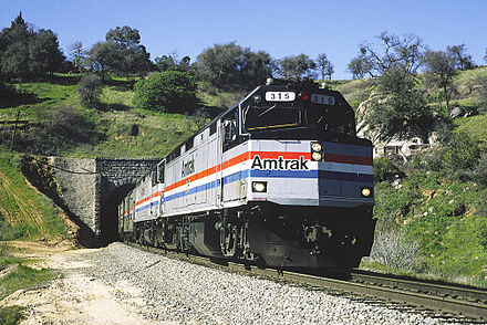 An EMD F40PH leads the California Zephyr in 1995. The F40PH replaced the unreliable SDP40F. AMTK 315 Tun17 CZ Nwcstle Mar1995RP - Flickr - drewj1946.jpg