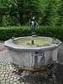 Alexander Zschokke (1894–1981) Bildhauer. Winkelriedplatz-Brunnen von 1949. Brunnenfigur-Mädchen.jpg