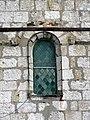 Allonne (60), église Notre-Dame de l'Annonciation, façade occidentale, fenêtre romane à mascarons 2.JPG