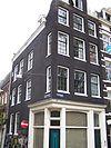 foto van Hoekhuis met halsgevel met hoefijzer in de afdekking