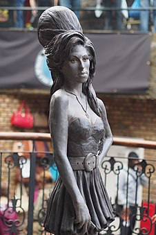 Amy Winehouse Statue, Camden (14946739033).jpg