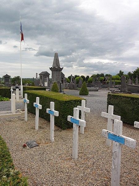 File:Anor (Nord, Fr) cimetière, tombes de guerre.JPG
