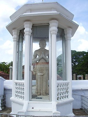 Dutugamunu - Statue of King Dutugamunu beside Ruwanwelisaya Stupa