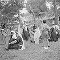 Arabische vrouwen met kleine kinderen wachtende in de openlucht bij een poliklin, Bestanddeelnr 255-0943.jpg