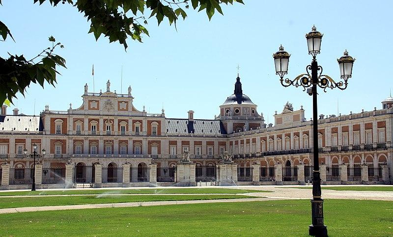 http://upload.wikimedia.org/wikipedia/commons/thumb/e/e5/Aranjuez_Palacio_Real_1.jpg/800px-Aranjuez_Palacio_Real_1.jpg
