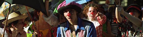 Gruppo di artisti di strada in parata in costume da pagliaccio