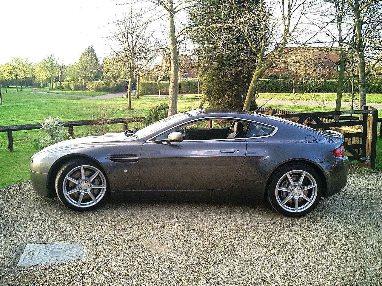 File Aston Martin V8 Vantage Coupe Side View Jpg Wikipedia