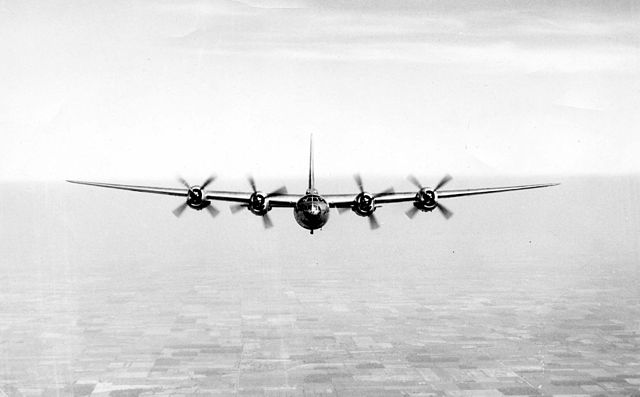 Cours d'histoire avions US exotiques  640px-B-32_Dominator_in_flight