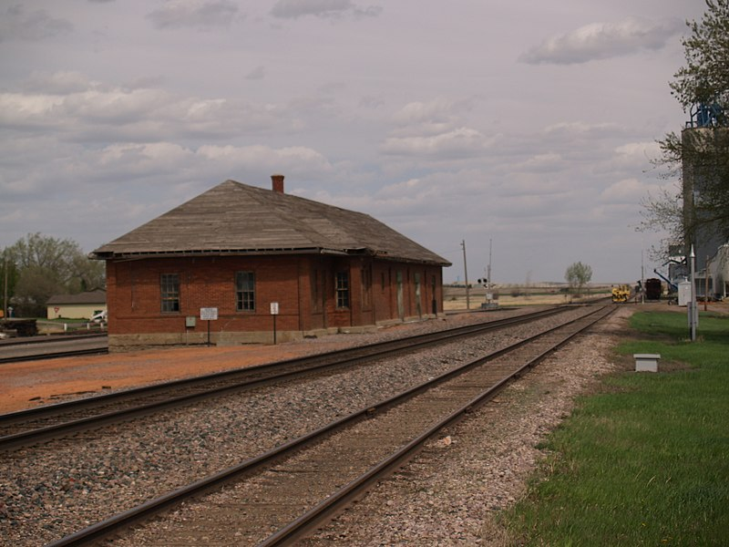 File:Beach, North Dakota train station.jpg