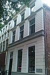 foto van Huis met gepleisterde lijstgevel op plint