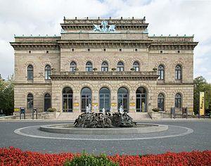 Westfassade U201eGroßes Hausu201c Des Staatstheaters Mit Cimiotti Brunnen, Oktober  2006