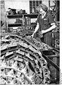 Bundesarchiv Bild 183-31265-0001, Liebertwolkwitz, Arbeiterin an der Kettenpresse.jpg