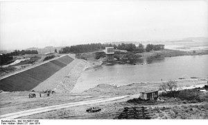 Bautzen Reservoir - Image: Bundesarchiv Bild 183 N0627 008, Brauchwassertalsperr e Bautzen, Probestau