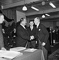 Burgemeester Kolfschoten (rechts) drukt hand van fabrieksdirecteur Jan van Abbe,, Bestanddeelnr 255-8565.jpg