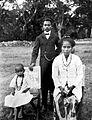 COLLECTIE TROPENMUSEUM Een lokale op Timor werkzame onderwijzer met vrouw en kind TMnr 10000750.jpg