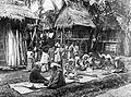 COLLECTIE TROPENMUSEUM Het vlechten van matten en het stampen van rijst in Pakantan TMnr 10014535.jpg